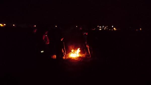 Étape 2 : nous faisons la rencontre de Kasba auprès du feu.